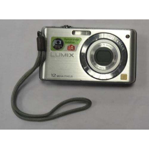 283 - PANASONIC LUMIX DMC-FS12 DIGITAL COMPACT CAMERA 12MP.  4 x Optical Zoom.  32GB memory card.  With ca...