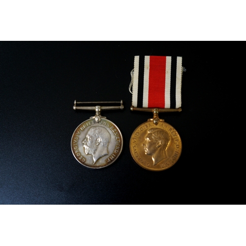 429 - WORLD WAR 1 GEORGE V MEDAL awarded to 59 Dvr. Wallace R.A., together with a George VI bronze medal '...