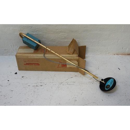 475 - BUCCANEER MINERAL - HANDHELD METAL DETECTOR battery operated in original box, 112cm long...