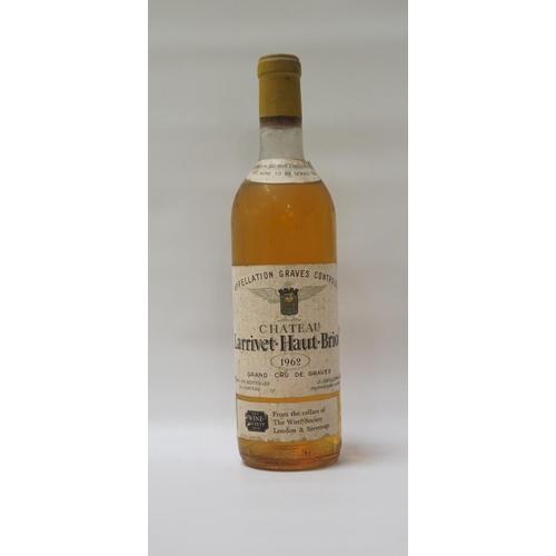 77 - CHATEAU LARRIVET-HAUT-BRION 1962 VINTAGE A rare bottle of the dry white wine from Chateau Larrivet-H...