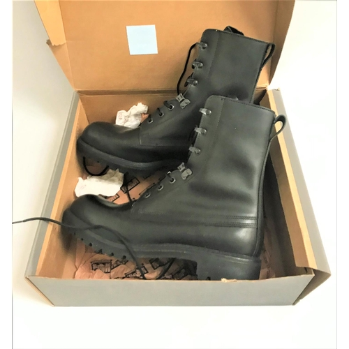 401 - PAIR OF MAGNUM VIPER BOOTS in black leather, size 11, new and unused, boxed...