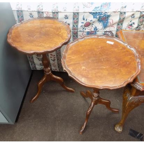 526a - 2x Pie crust tables...