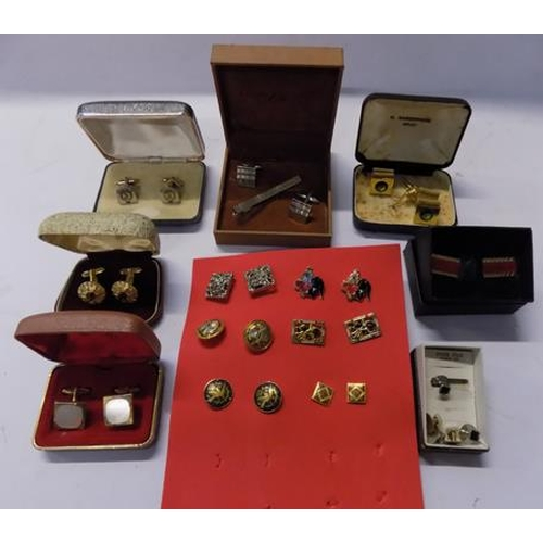 522a - 12 Pairs of cufflinks...