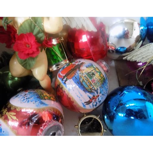 37 - Selection of vintage baubles...