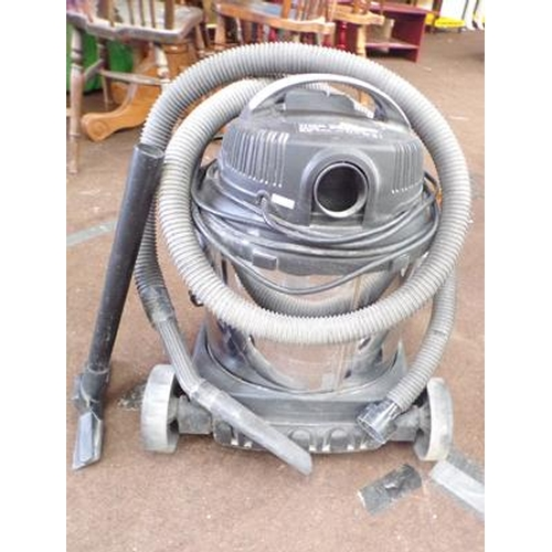 494a - Titan industrial vacuum cleaner with accessories in W/O...