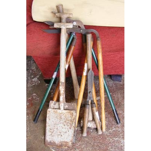 491 - Selection of garden tools...