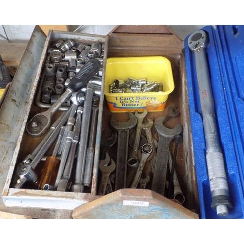 485 - Metal tool box with tools, incl. torque wrench + socket set...