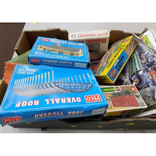 39 - Box of '00' gauge buildings, accessories, kits + collection of railway books...