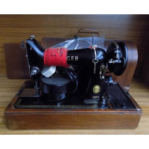 509a - Vintage wooden cased Singer Sewing machine...