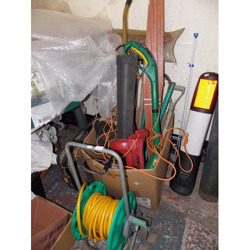 57 - A LARGE MIXED LOT - HOSE LOCK, HOSE REEL, GARDEN VACUUM/BLOWER AND VARIOUS GARDENING HAND TOOLS ETC...