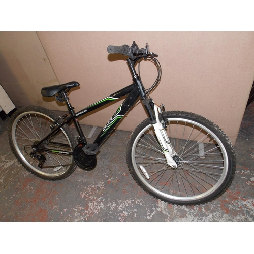 7 - A BLACK APOLLO SLANT BOYS MOUNTAIN BIKE WITH FRONT SUSPENSION AND 18 SPEED SHIMANO GEAR SYSTEM...