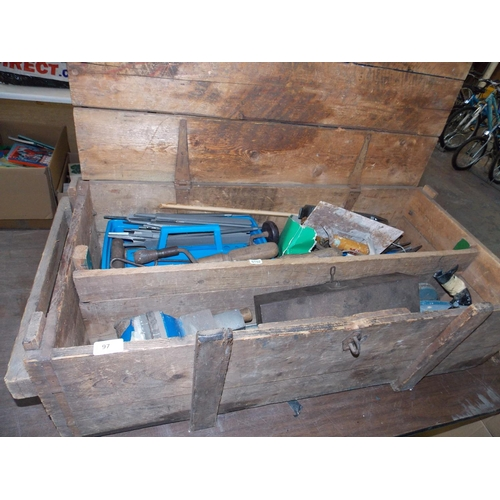 97 - A VINTAGE WOODEN TOOLBOX CONTAINING GOOD QUALITY HAND TOOLS - SOCKET SET, CAST IRON BENCH VICE, FILE...