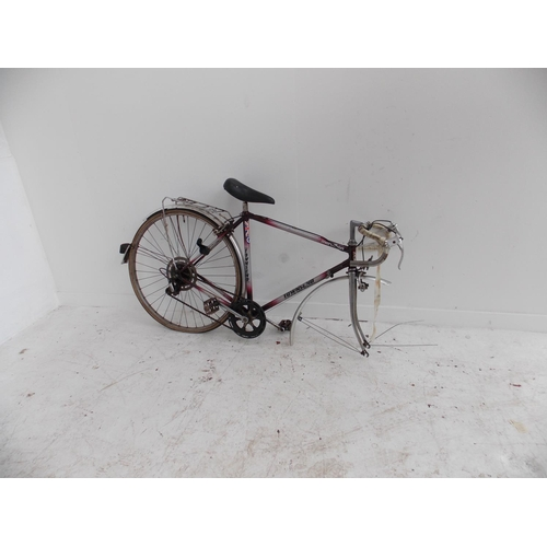 11 - TWO VINTAGE BIKES TO INCLUDE A BLACK POOCH MEN'S TOURING BIKE WITH THREE SPEED GEAR SYSTEM AND A PUR...