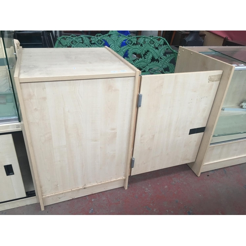 28 - A GOOD QUALITY WOOD EFFECT SHOP COUNTER WITH DOUBLE HINGED ENTRANCE DOOR (MATCHES THE PREVIOUS LOT)...