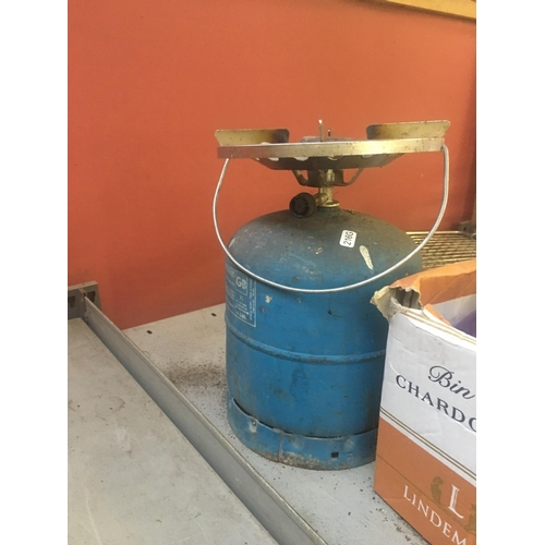 60 - A MIXED LOT TO INCLUDE BOXED SNOWBEE SMOKER COOKER, BARBECUE TOOLS, COOK NON STICK OMELETTE PAN, CAM...