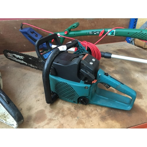 32 - A BLACK AND GREEN MAKITA (MODEL DCS400) PETROL CHAINSAW WITH 15 INCH BAR...
