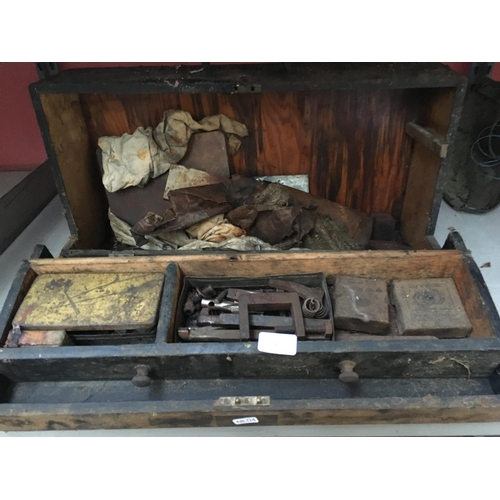 43 - A VINTAGE WOODEN TOOLBOX CONTAINING SMALL G CLAMP, ENGINEERING ITEMS, BOLTS ETC...