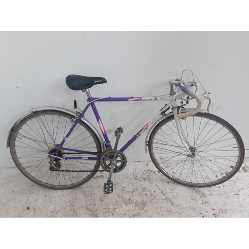 3 - A PURPLE AND WHITE VINTAGE APOLLO AVANTI MENS RACING BIKE WITH 12 SPEED SHIMANO GEAR SYSTEM...