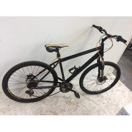 11 - A BLACK BOSS GENT'S MOUNTAIN BIKE WITH FRONT SUSPENSION, TWIN DISC BRAKES AND 18 SPEED SHIMANO GEAR ...