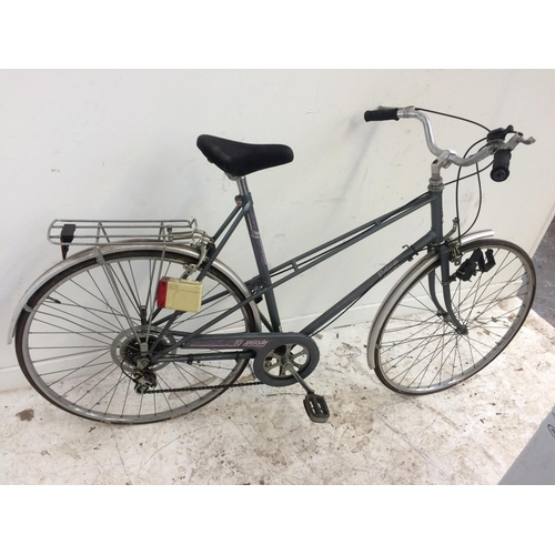 13 - A GREY RALEIGH LADIES TOURING BIKE WITH REAR CARRIER AND 5 SPEED GEAR SYSTEM...