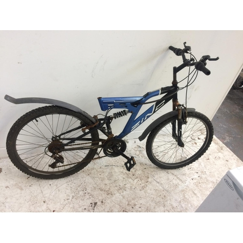 14 - THREE VARIOUS MOUNTAIN BIKES FOR SPARES OR REPAIR TO INCLUDE A BLACK AND BLUE ZINC DUAL SUSPENSION W...