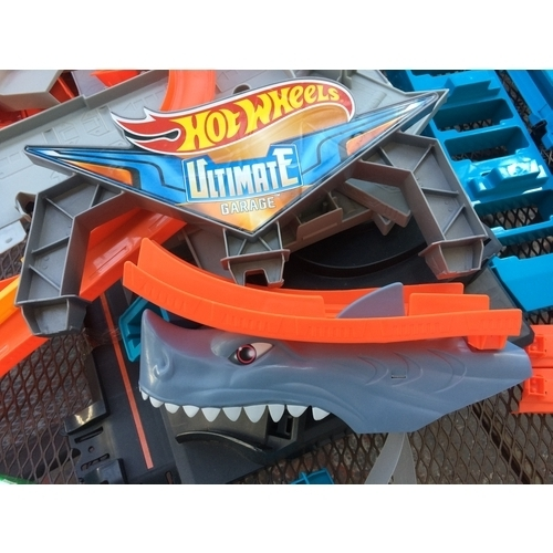 50 - A BOXED NEW HOT WHEELS ULTIMATE TOY CAR GARAGE...