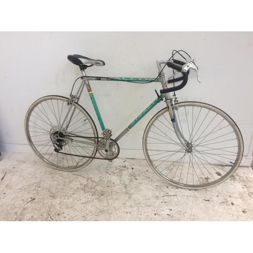 18 - A SILVER AND GREEN HARRIER STEALTH MENS RACING BIKE WITH 5 SPEED GEAR SYSTEM...