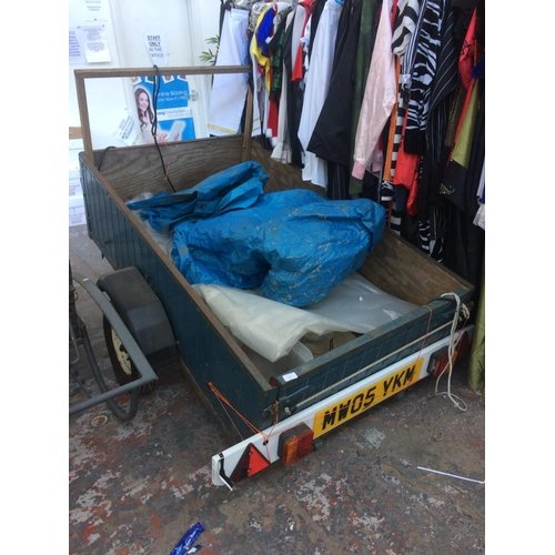 27 - A TWO WHEELED METAL AND WOOD CAR TRAILER WITH LIGHT BOARD MEASURING APPROX 5' X 3' X 17