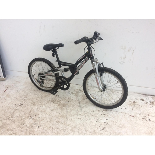 6 - A BLACK APOLLO FS20 DUAL SUSPENSION MOUNTAIN BIKE WITH SIX SPEED SHIMANO GEAR SYSTEM...