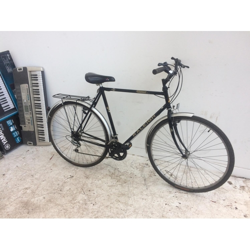 8 - A BLACK RALEIGH PIONEER GENTS TOURING BIKE WITH MADISON SADDLE, REAR CARRIER AND 10 SPEED SHIMANO GE...