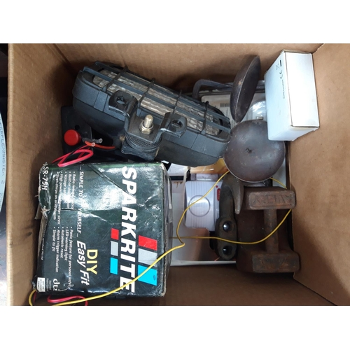 18 - A BOX AND A BUCKET CONTAINING KAWASAKI K900 4 CYLINDER THROTTLE BODIES, NINJA SEAT, SQUARE FOG LIGHT...