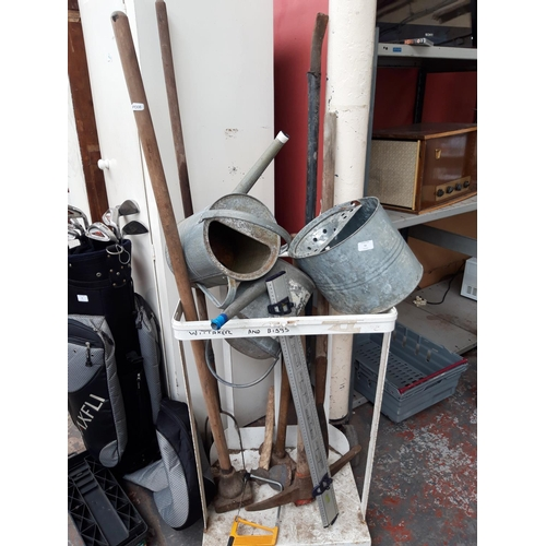 51 - A MIXED LOT TO INCLUDE GALVANISED WATERING CAN AND MOP BUCKET, PICK AXE, SLEDGEHAMMER, HEDGE LAYING ...