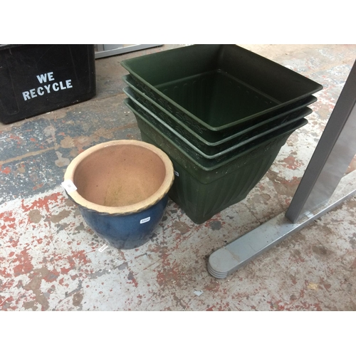 102 - FIVE ITEMS TO INCLUDE FOUR GREEN PLASTIC SQUARE GARDEN PLANTERS AND A GLAZED CIRCULAR GARDEN PLANTER...