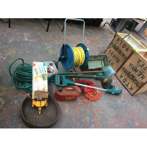 128 - A MIXED LOT OF GARDENING TOOLS TO INCLUDE HOSE REEL ON STAND, RED METAL PETROL CAN, GARDEN HOSE PIPE...