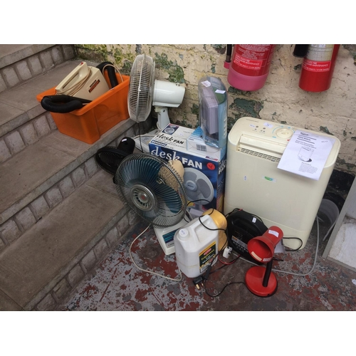 160 - A LARGE MIXED ELECTRICAL LOT TO INCLUDE VINTAGE TATUNG DESK FAN, HALFORDS BATTERY CHARGER, ECO AIR D...