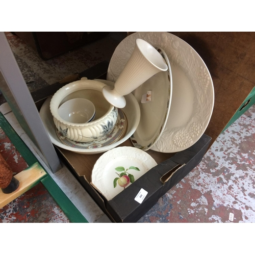 260 - A MIXED LOT OF CHINA TO INCLUDE A LARGE WHITE MEAT PLATE, A MINTON DINNER PLATE, A VINTAGE CHAMBER P...