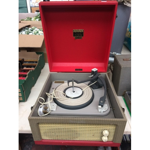 334 - AN ORIGINAL VINTAGE DANSETTE RECORD PLAYER AND A BOX CONTAINING BAKELITE RECORDS...