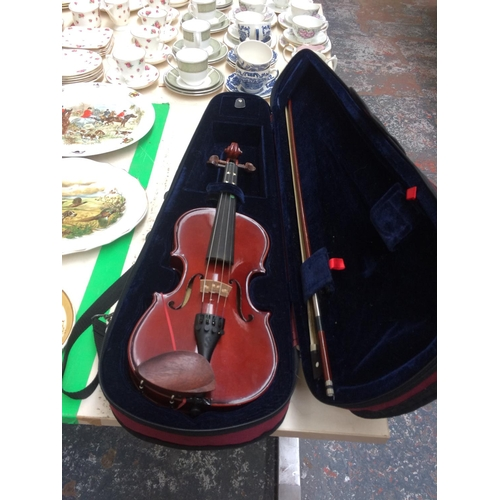 351 - A STENTOR STUDENT 1 BEGINNER'S VIOLIN WITH BOW AND CASE...