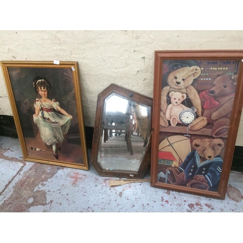 423 - THREE ITEMS TO INCLUDE A VINTAGE OAK FRAMED BEVEL EDGE MIRROR AND TWO PRINTS - ONE OF TEDDY BEARS AN...