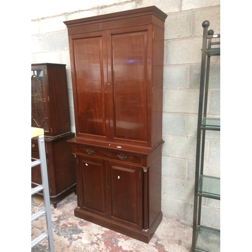 435 - A GOOD QUALITY MAHOGANY DRINKS CABINET WITH TWO UPPER DOORS, THREE GLASS SHELVES, FITTED INTERIOR LI...