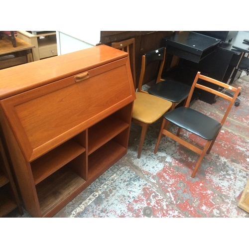 440 - FOUR ITEMS TO INCLUDE TWO VINTAGE TEAK FRAMED DINING CHAIRS WITH BLACK LEATHERETTE SEATS, A TEAK FRA...