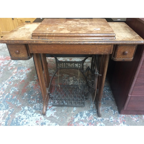 455 - A SINGER ELECTRIC SEWING MACHINE IN CABINET...