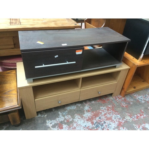 457 - TWO ITEMS TO INCLUDE A MAHOGANY EFFECT TV STAND WITH ONE DRAWER AND AN OAK EFFECT TV STAND WITH TWO ...