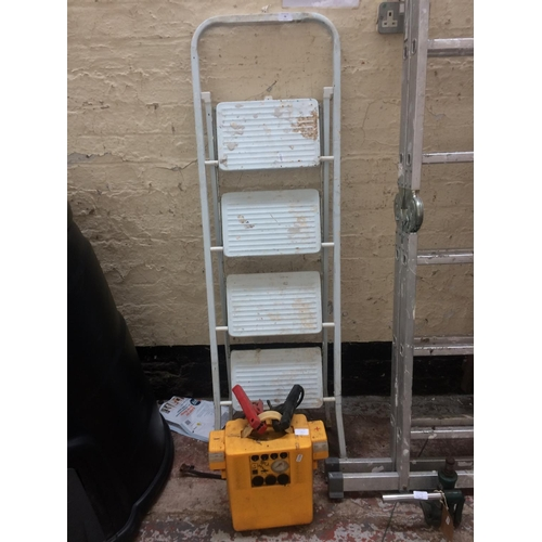 70 - TWO ITEMS TO INCLUDE A SET OF WHITE PAINTED FOUR STEP METAL STEP LADDERS AND A 12V CAR JUMP STARTER ...