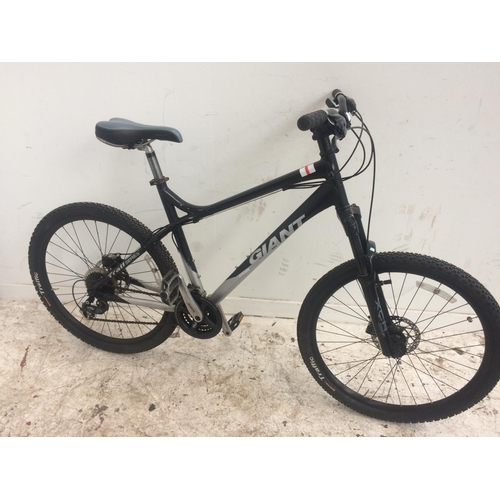 5 - A BLACK AND GREY GIANT GENT'S MOUNTAIN BIKE WITH ADJUSTABLE FRONT SUSPENSION, QUICK RELEASE WHEELS, ...