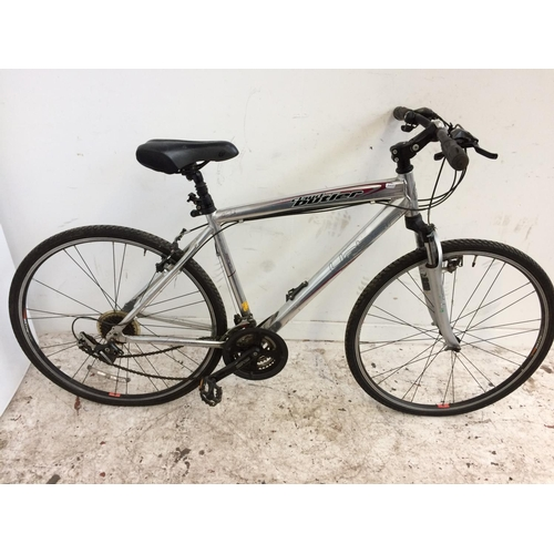 7 - A SILVER CLAUD BUTLER URBAN 200 GENTS HYBRID BIKE WITH QUICK RELEASE WHEELS, FRONT SUSPENSION AND 21...