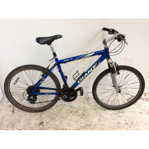 9 - A BLUE GIANT ROCK SE GENT'S MOUNTAIN BIKE WITH QUICK RELEASE WHEELS, FRONT SUSPENSION AND 21 SPEED S...