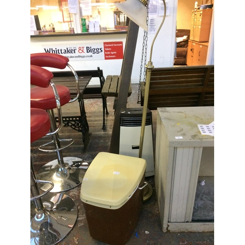 20 - THREE ITEMS TO INCLUDE A BROWN AND CREAM CARAVAN PORTALOO, BRASS EFFECT READING LIGHT AND A BROWN AN...