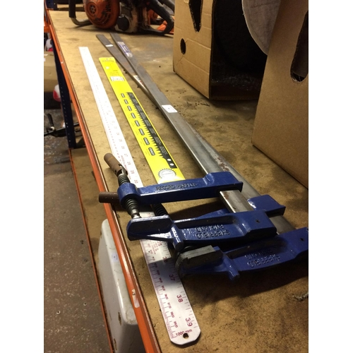 50 - FOUR ITEMS TO INCLUDE A 1 METRE ALUMINIUM RULER, A STANLEY BOW SAW BLADE AND TWO RECORD SASH CLAMPS...