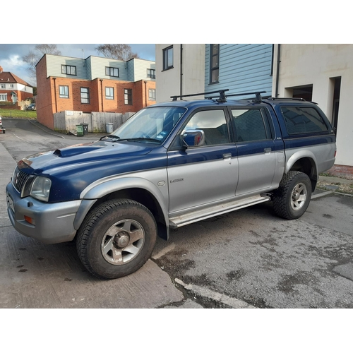 32 - A BLUE AND SILVER 2002 MITSUBISHI L200 4 LIFE, 5 DOOR CREW CAB PICKUP TRUCK WITH 2.5 DIESEL ENGINE, ...